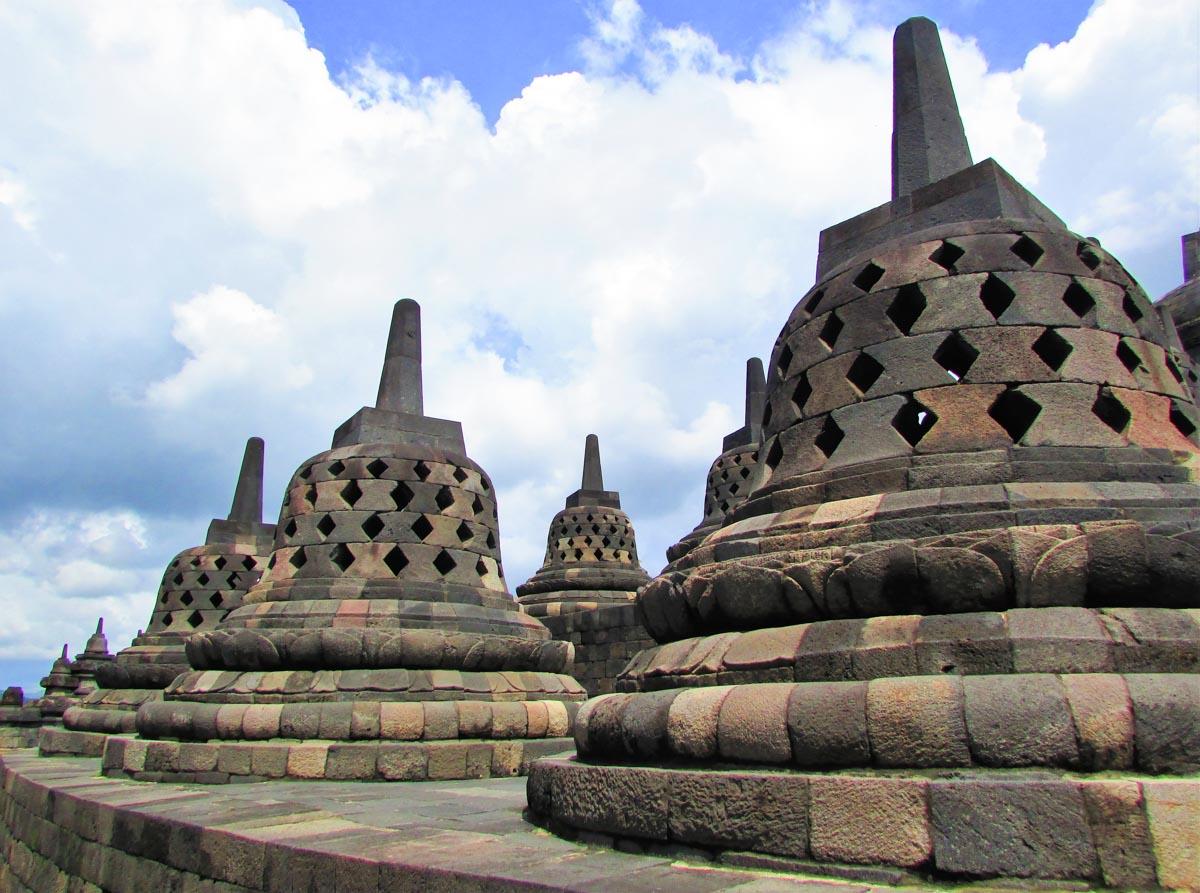 Découverte du site archéologique de Borobudur en Indonésie lors de notre tour du monde dans notre page Notre tour du monde 2014-2015 de notre blog voyage S'offrir le monde