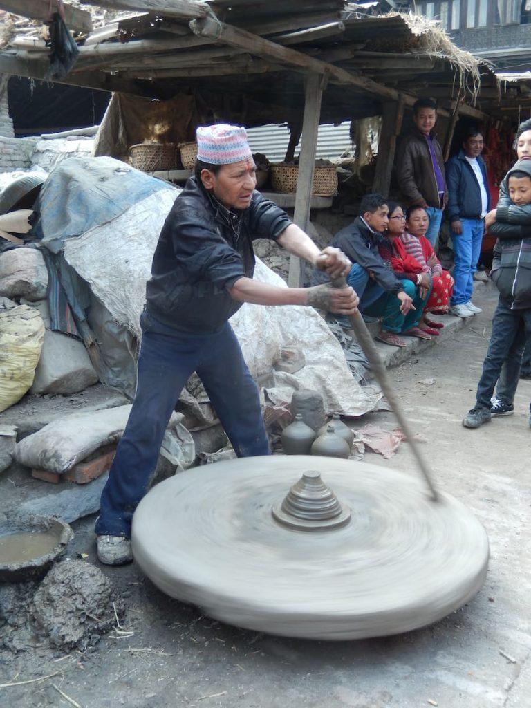 Voyager lentement nous a permis de rencontrer cet artisan népalais