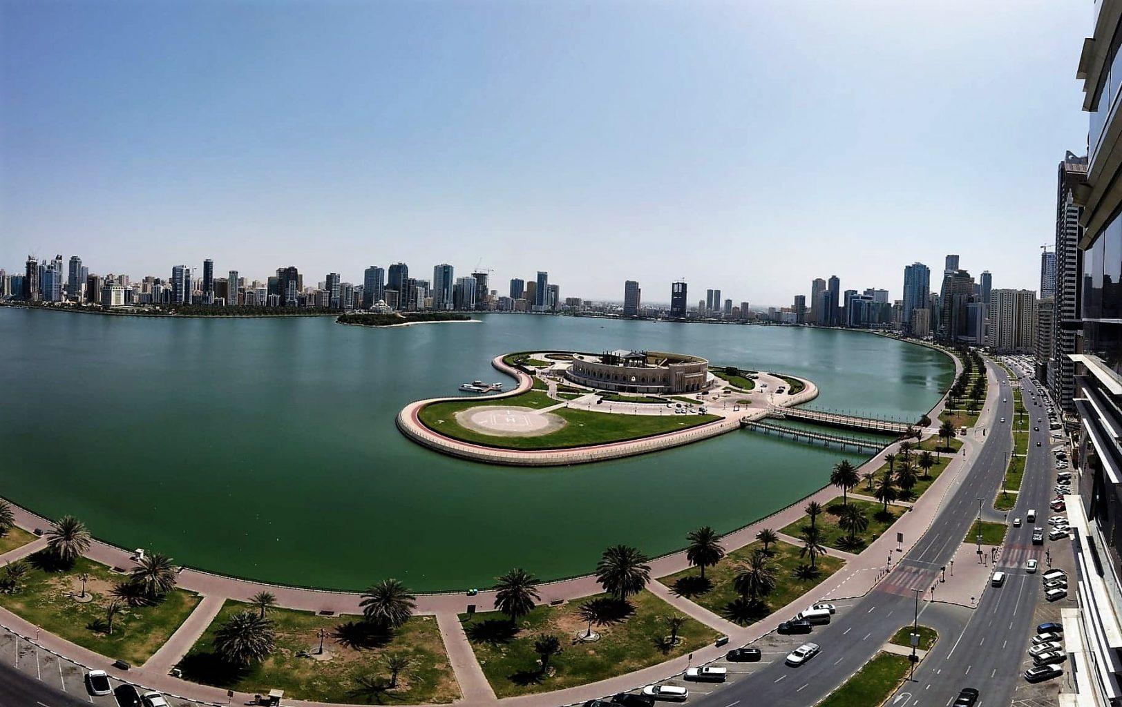 Le lac Khalid de Sharjah avec l'Amphithéâtre Al Majaz