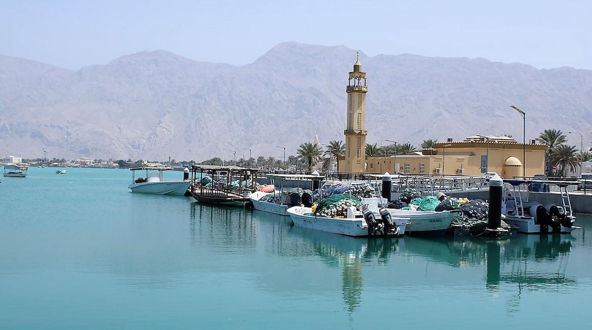 Le village de pêcheurs d'Al Rams magnifiquement adossé aux montagnes rose et ocre du Hajar