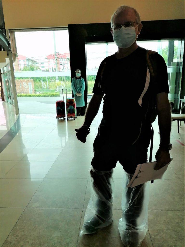 À l'extérieur de l'hôtel, on doit enfiler des plastiques sur nos chaussures et re-re-prise de notre température.