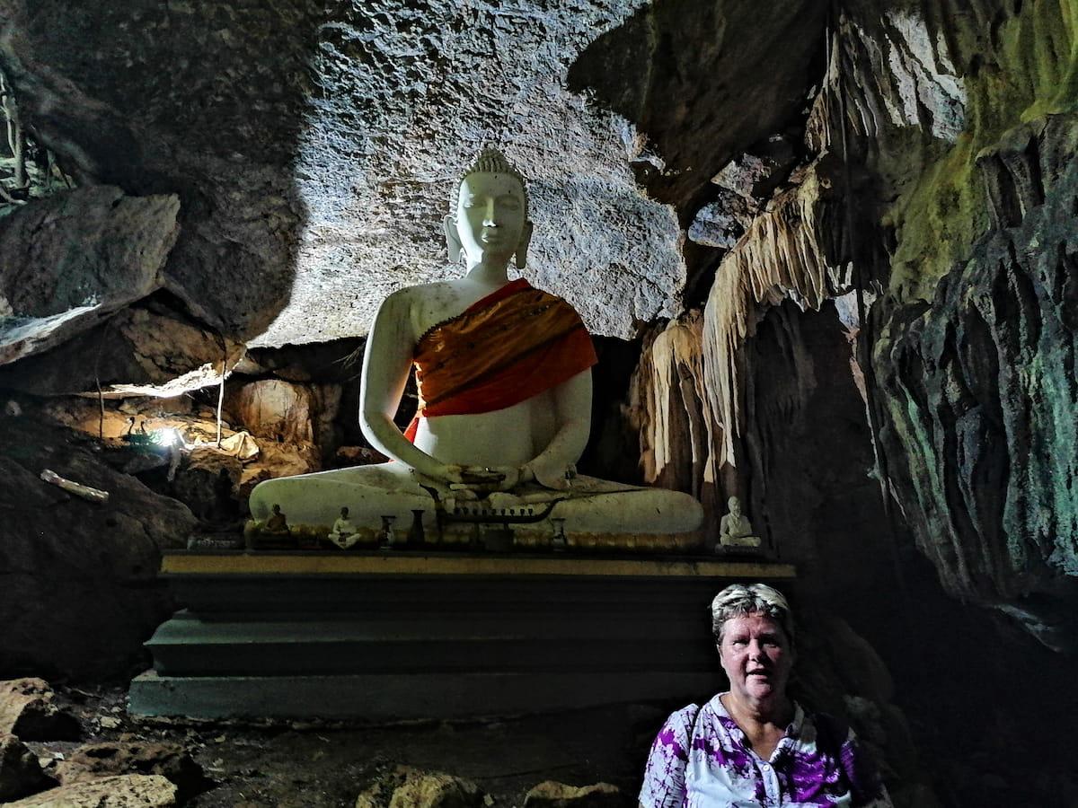 Quelques marches à gravir et nous sommes déjà à l'entrée de la grotte, face au bouddha blanc gardien des lieux.