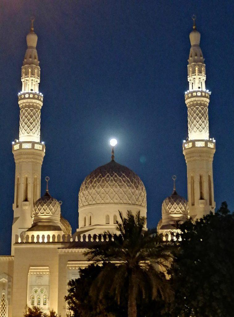 Pleine lune sur la mosquée de Jumeirah à Dubaï