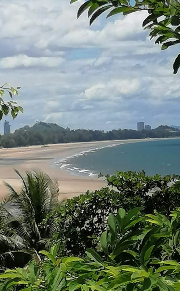 La plage de Wat Sat Yai est superbe, au fond Hua Hin