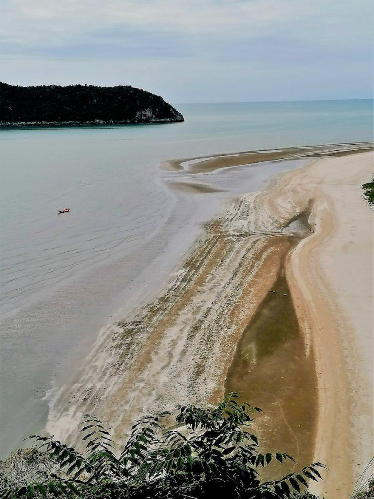 La plage de Laem Sala à marée basse décline toute une palette d'ocre, beige et brun.