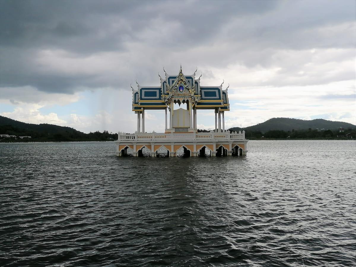 Vous pouvez faire le tour du lac pour mieux apprécier cette pagode.