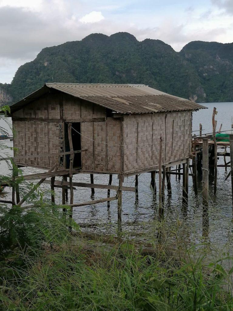Cabane de pêcheurs sur pilotis à marée basse