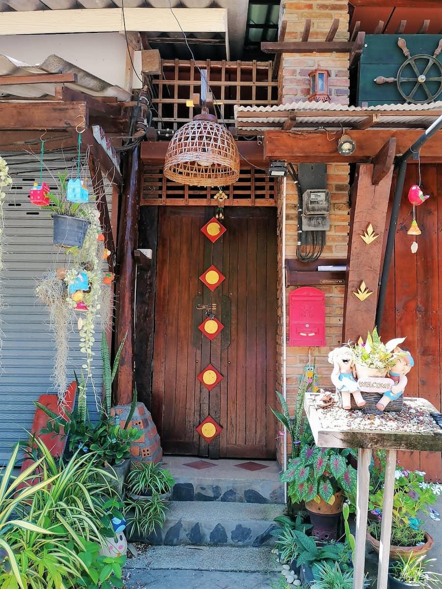 Les échoppes et façades des maisonnettes sont joliment décorées et fleuries.