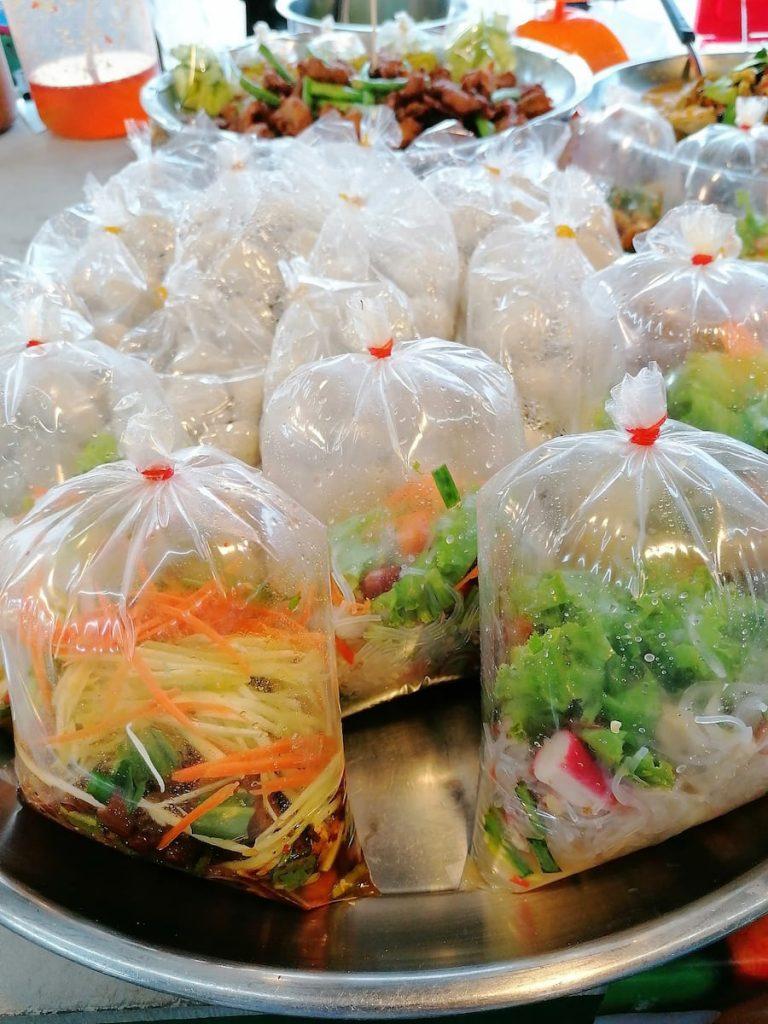 La nourriture est déjà prête à l'emploi, souvent dans des sachets plastiques