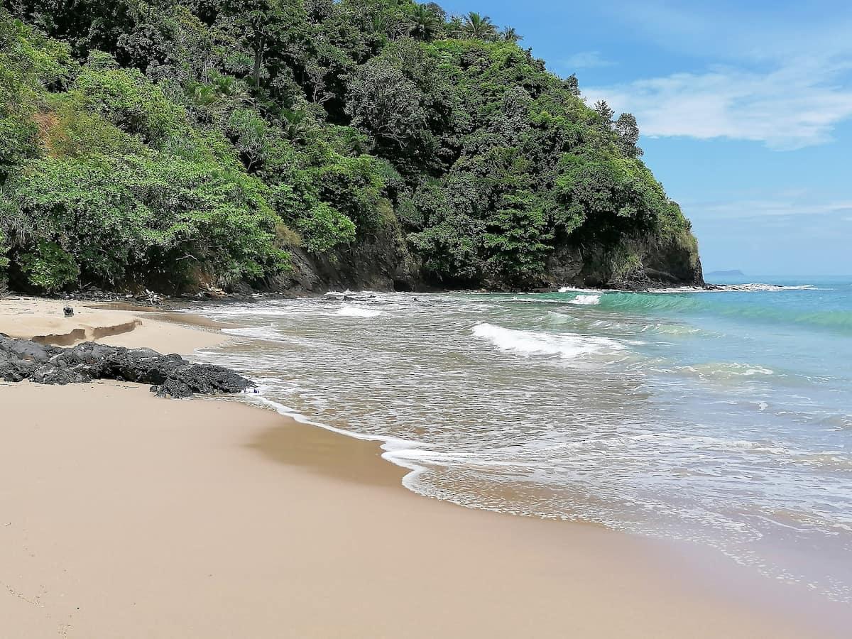 La plage des Tongs à Tambon